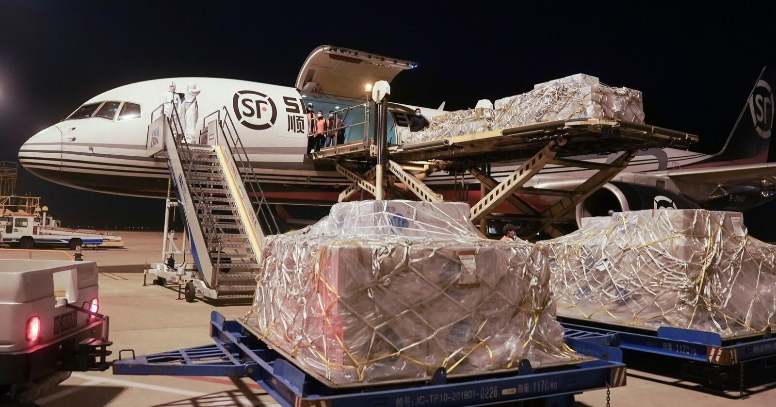 Her blir ei forsyning overtrekksdressar lossa på den internasjonale flyplassen i Wuhan i Kina. Også i Noreg er beredskapen klar i tilfelle Wuhan-viruset blir registrert. Foto: Cheng Min/Xinhua via AP