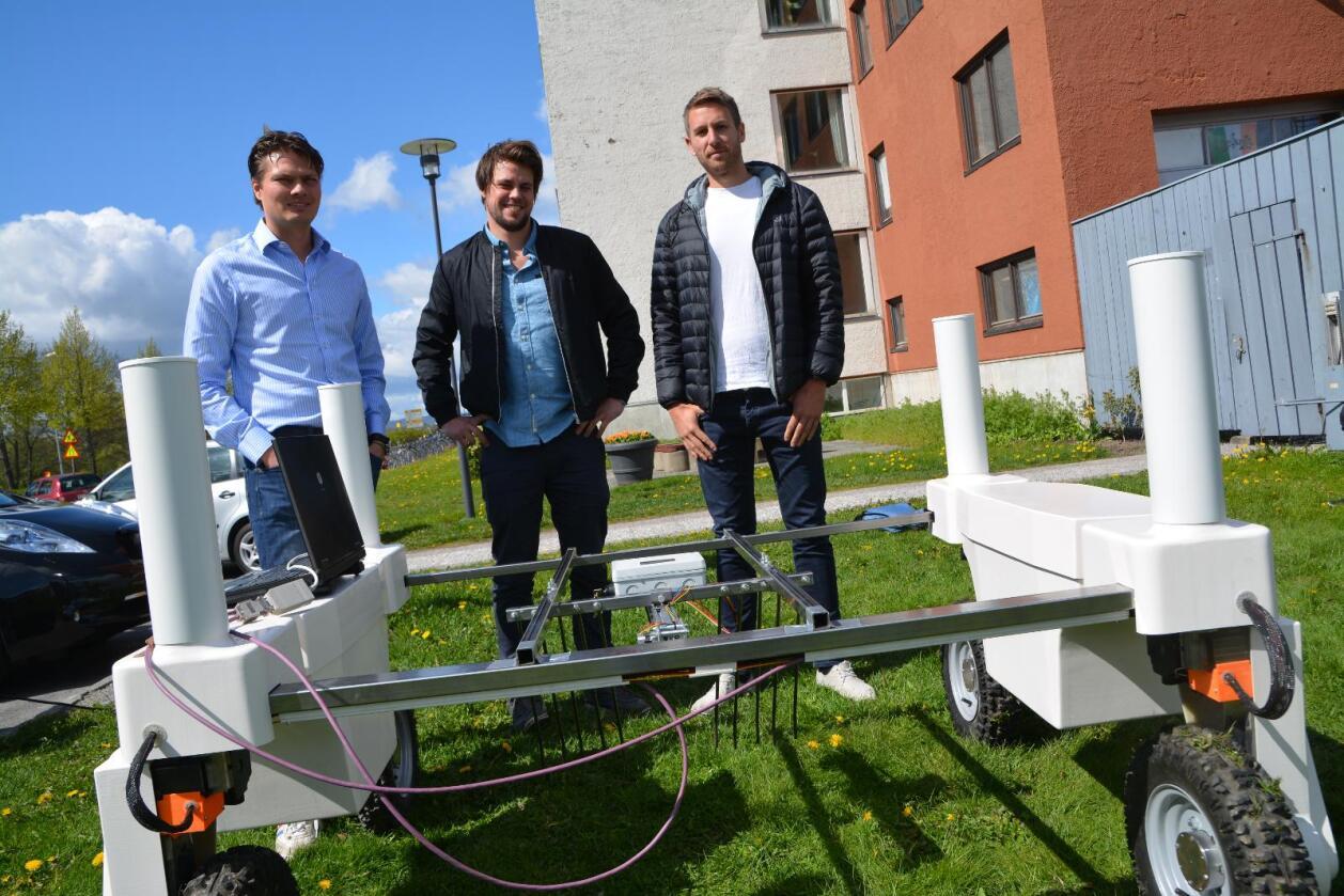 Robotisering av landbruket: – Vi opplever at norske bønder er opptatt av innovasjon og er interesserte i å ta i bruk ny teknologi som optimaliserer driften deres, sier professor og robotekspert Pål Johan From (t.v.) ved NMBU – her sammen med to av Ås-studentene som har utviklet landbruksroboten «Thorvald». Den kan benytte seg av en rekke verktøy, som denne selvgående ugras-fjerneren. (Foto: Anders Sandbu)
