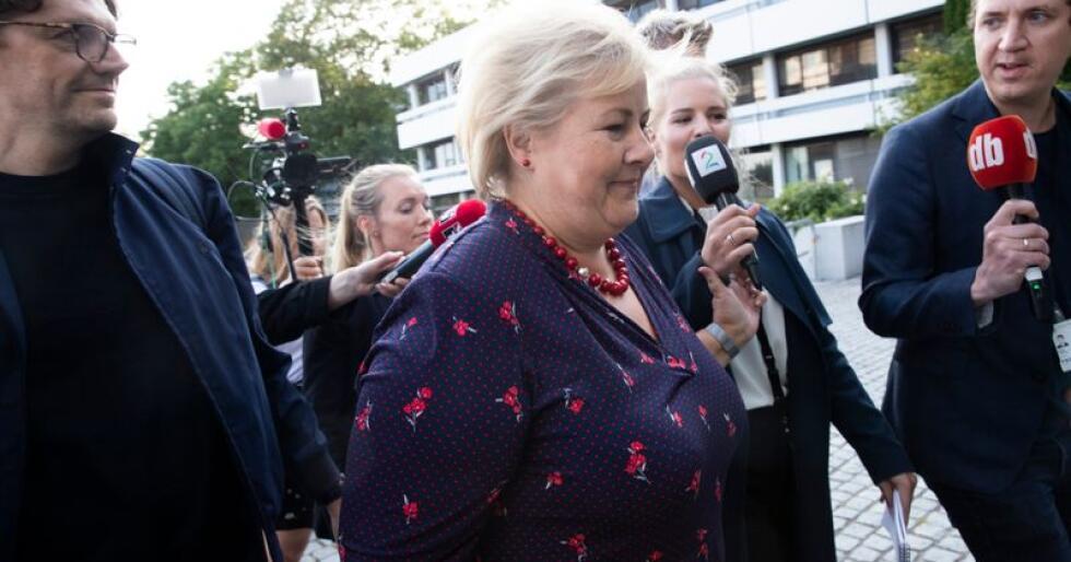 Statsminister Erna Solberg (H) avviste kategorisk å svare på spørsmål om bompengesaken da hun onsdag kveld ankom NRK for å være gjest i partilederutspørringen. Foto: Terje Bendiksby / NTB scanpix