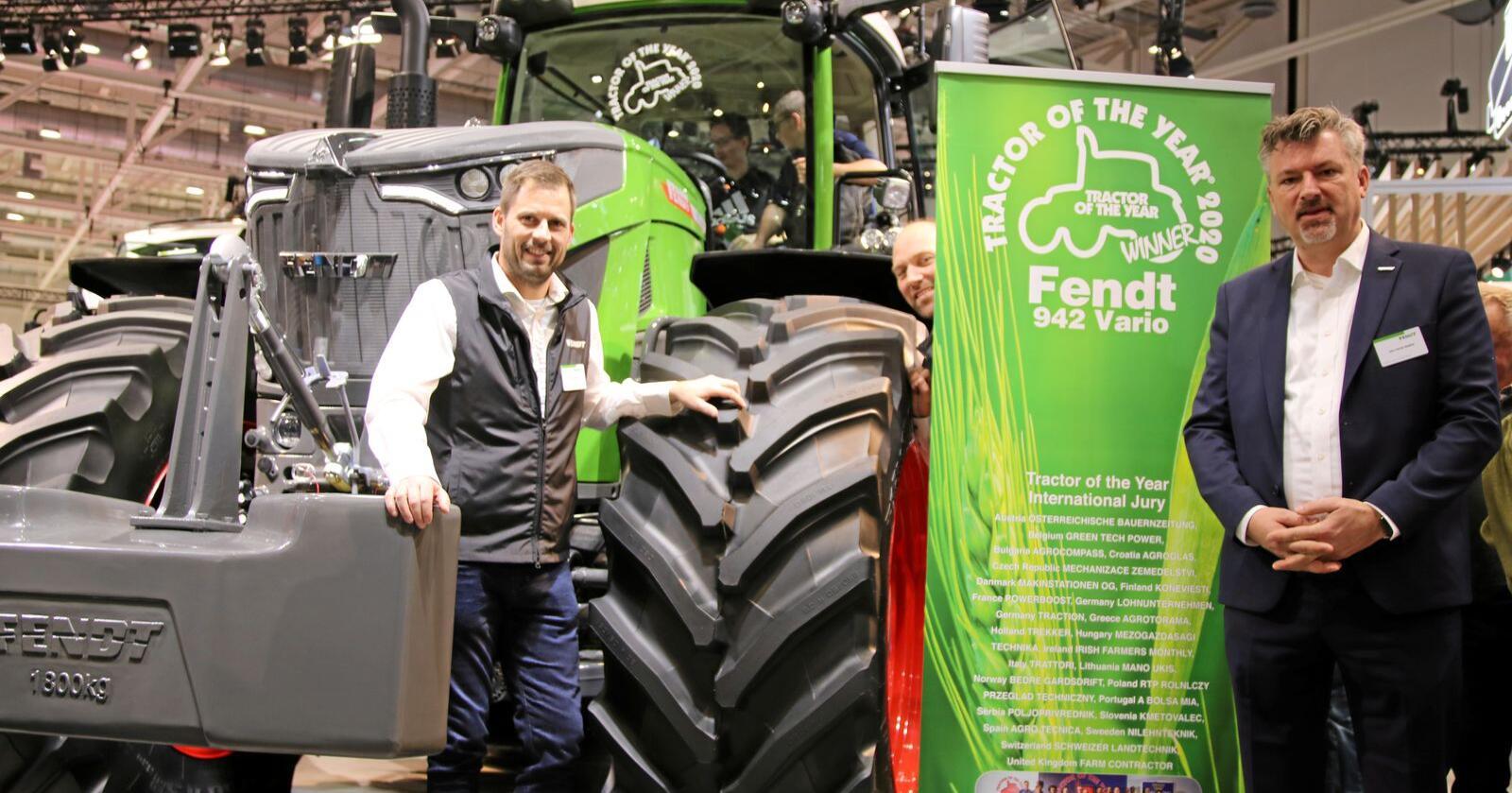 Eikmaskins Jørgen Skjelin (f.v.), Even Enger og John-Henrik Stadtler kunne smile bredt over oppmerksomhet Fendts nye flaggskip og vinner av Årets Traktor 2020, Fendt 942 Vario, høstet under Agritechinca i November 2019.