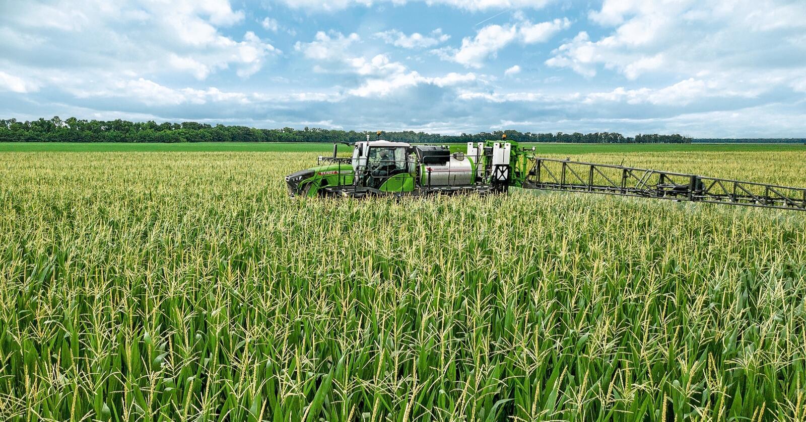 Fendt: Fendt vil ha sin del av markedet for store, selvgående sprøyter og lanserer Rogator 900. Mange av komponentene som motoren og hytta, er hentet fra Fendt traktorer.
