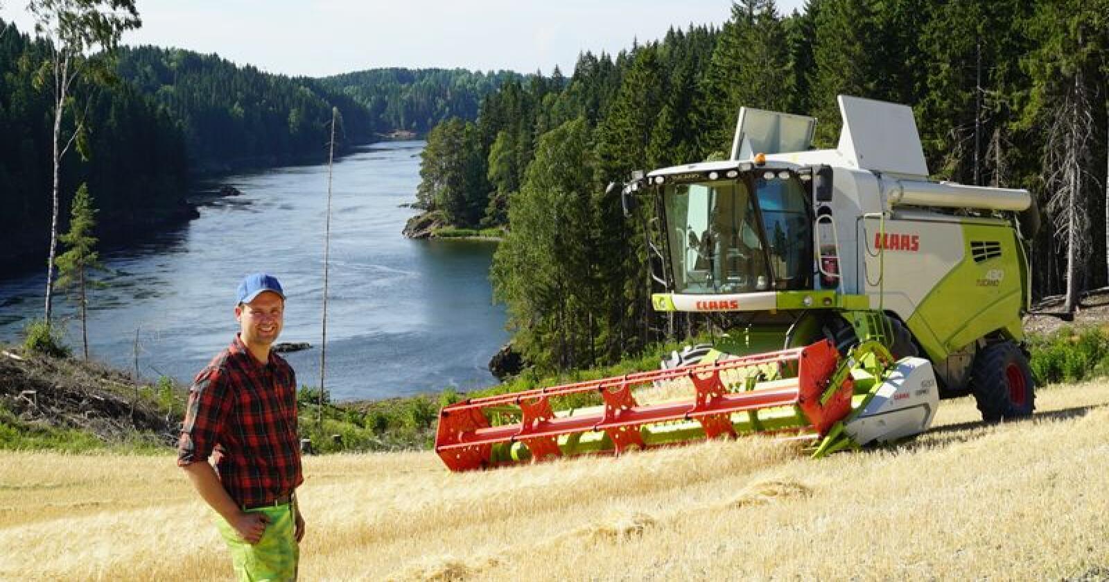 Størst i Norge: Produktsjef Ingar Høgmoen foran en Claas Tucano 430 Montana. Claas har solgt 39 av 118 nye skurtreskere i Norge det siste året. Foto: Norwegian Agro Machinery