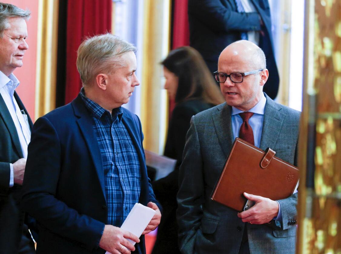 En sjanse til: Knut Storberget (til høyre) har sine klare krav til klimaminister Vidar Helgesen for å få fulgt opp Stortingets ulve-politikk. Foto: Terje Pedersen / NTB scanpix
