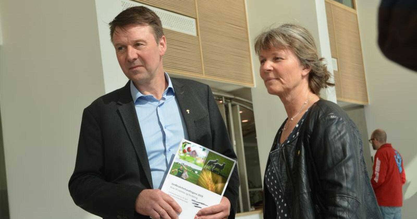 Bondelagets leder Lars Petter Bartnes og Småbrukarlagets leder Kjersti Hoff under overrekkelsen av kravet i jordbruksoppgjøret 2019. Foto: Anders Sandbu