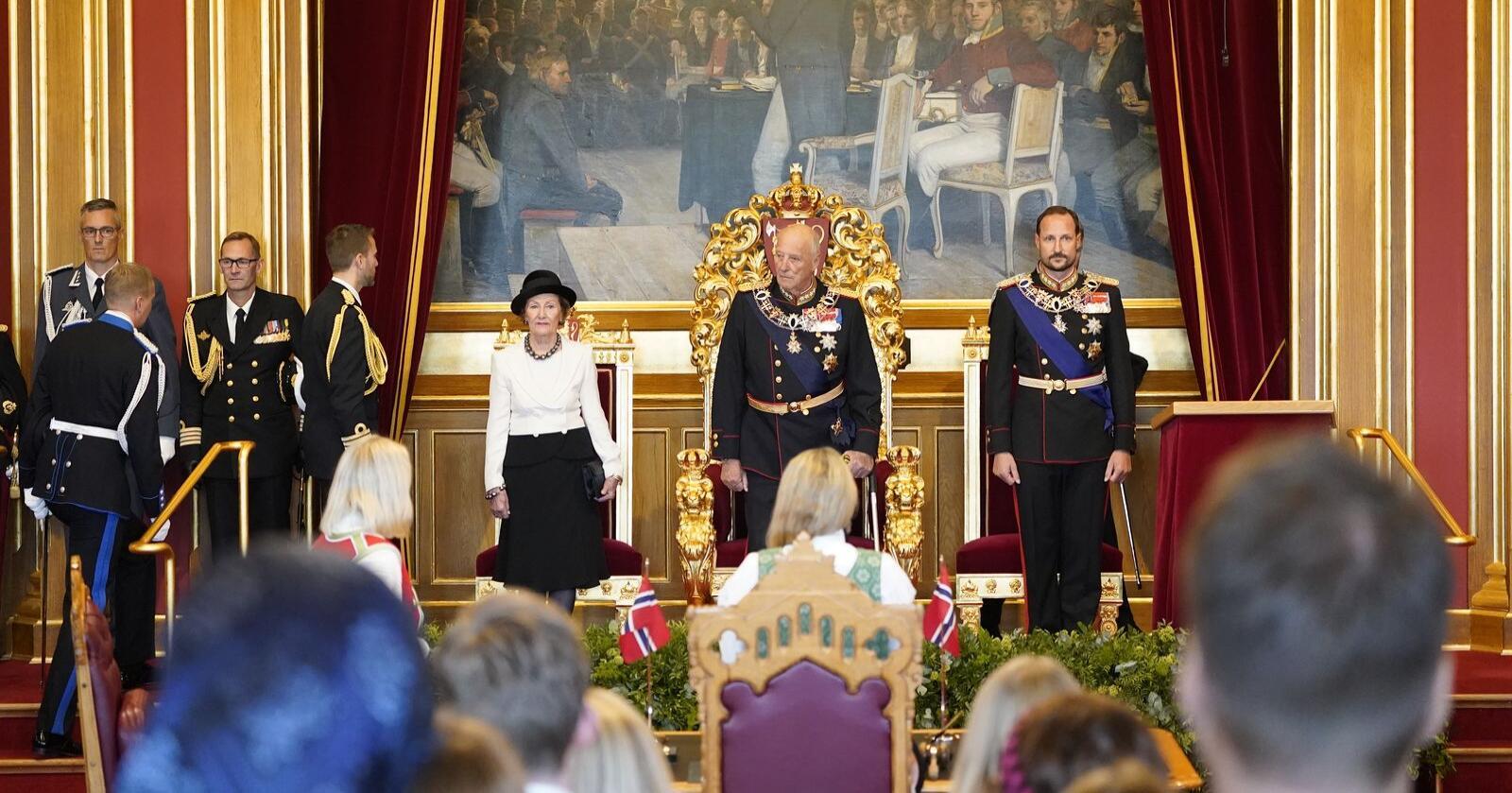 Kong Harald flankert av dronning Sonja og kronprins Haakon under den høytidelige åpningen av Stortinget. Foto: Torstein Bøe / NTB.
