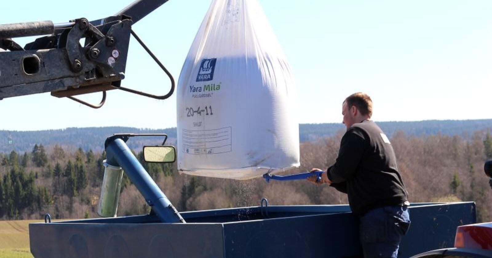 Prishopp: Karl Petter Trondmos gjødselregning er 60 000 kroner høyere enn i fjor. Han klarer seg, men merker godt den usikkerheten som nå råder hos bønder, også lokalt. (Arkivfoto: Norsk Landbruk)