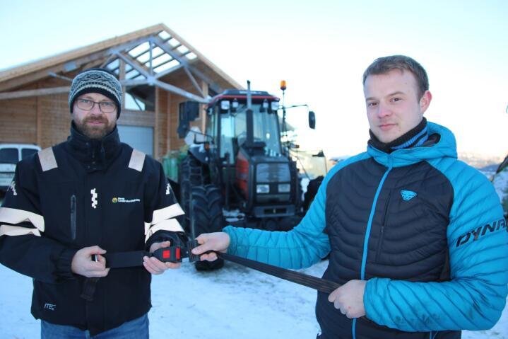 SIKKERHET: Både Jogeir Agjeld (t.v.) og Jan Markus Kvamme brukte belte da de veltet med traktor. De mener dette er den viktigste årsaken til at de ikke ble skadet i ulykkene. Foto: Knut Houge