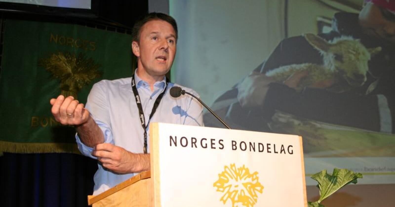 Kritisk: Leiar i Norges Bondelag, Lars Petter Bartnes, refsar regjeringa for å innskrenke næringsfridomen og kome med lovmessige inngrep mot grunneigarar. Foto: Bjarne Bekkeheien Aase