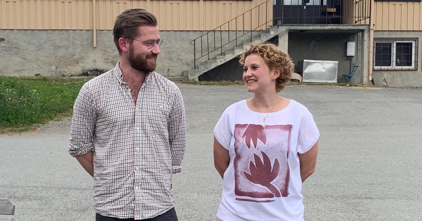 Klima- og miljøminister Sveinung Rotevatn møtte sauenæringa i Målselv forrige uke. Her sammen med leder av Troms Bondelag, Tone Rubach. (Foto: Jan Ottar Østring)