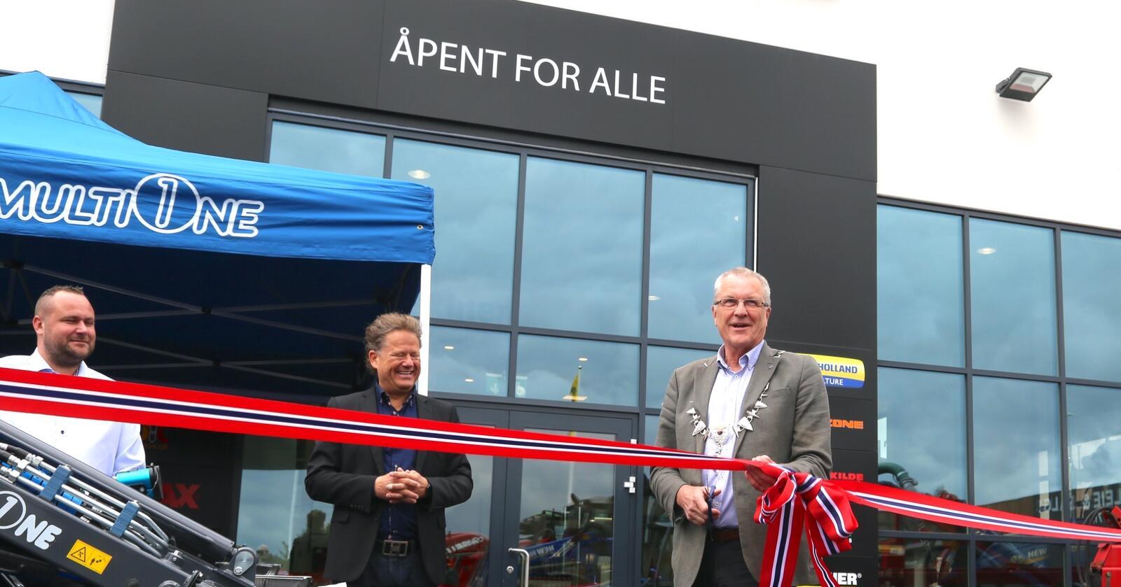 OFFISIELL ÅPNING. Klepp-ordfører Sigmund Rolfsen (Ap) klipper snor i anledning den offisielle åpningen av A-K Jæren 18. mai.