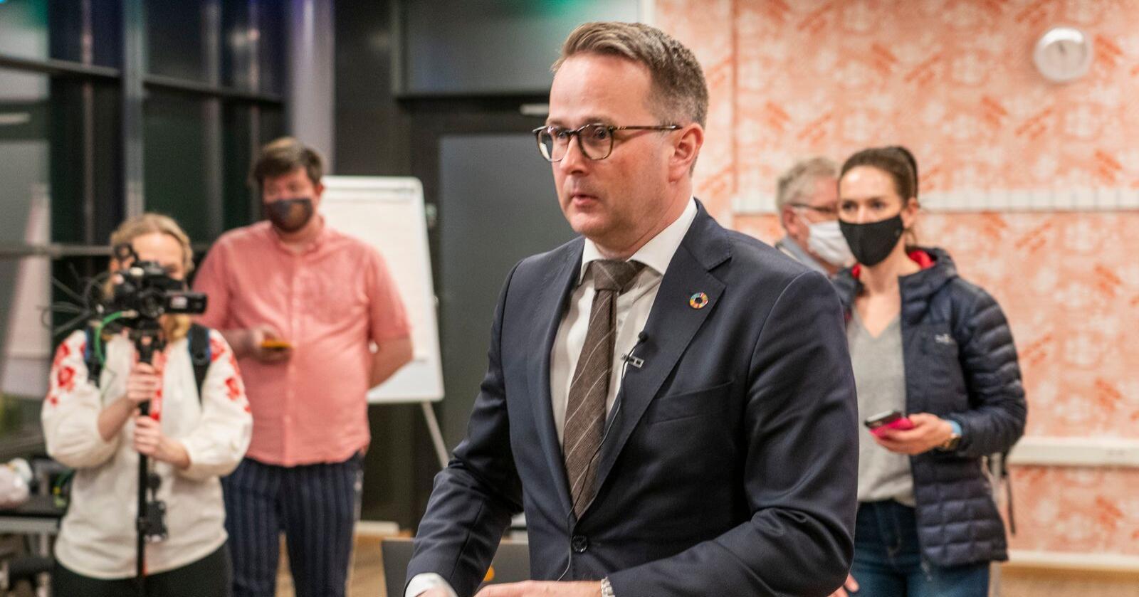 Riksmekler Mats Wilhelm Ruland  møter pressen kl 23 lørdag med oppdatering om meklingen i tarifforhandlingene mellom LO/YS og NHO. Foto: Heiko Junge / NTB