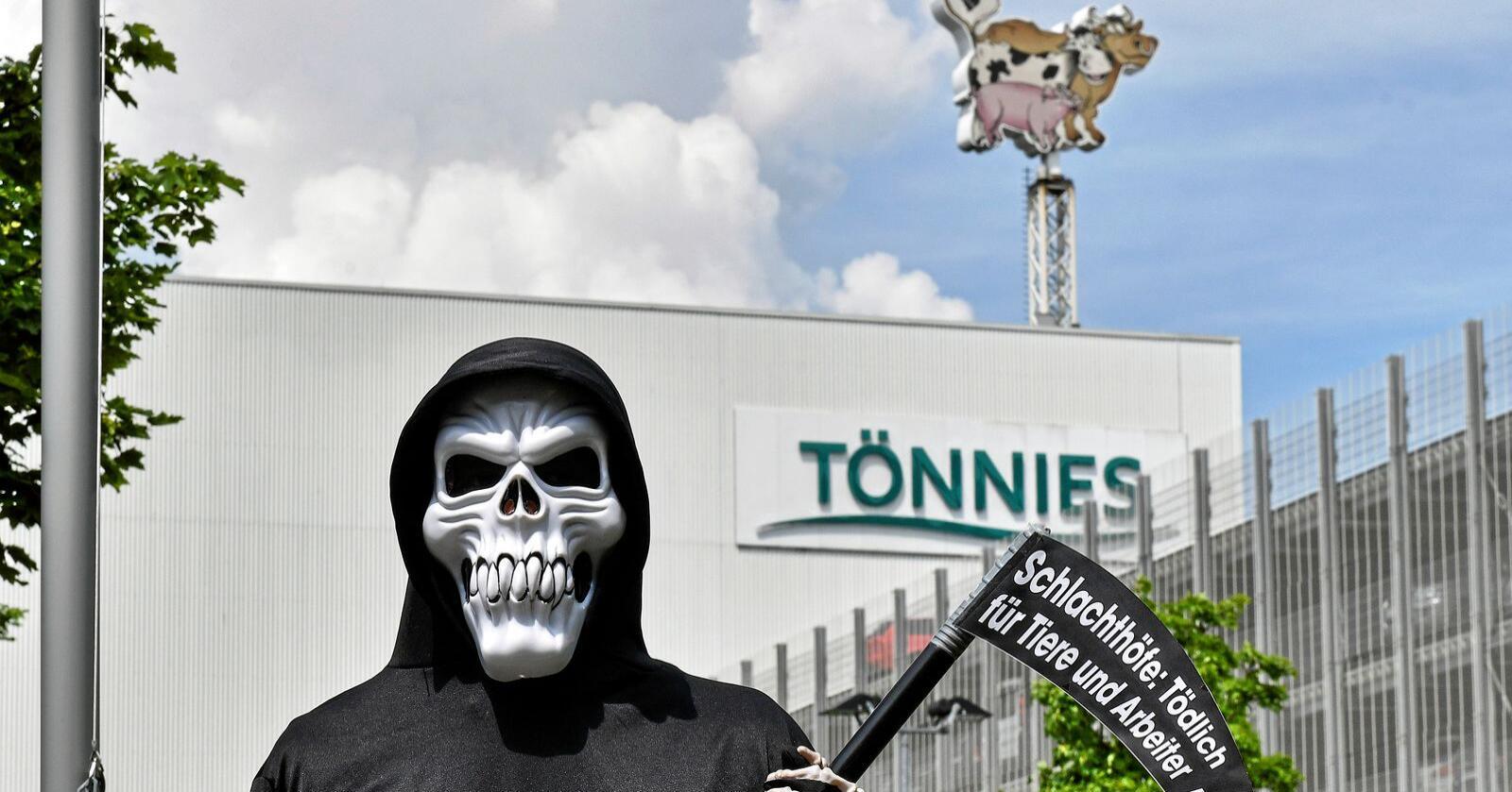 Dødelig for dyr og mennesker: Mange protester mot smittebomben Tönnies. Foto: Martin Meissner / AP / NTB scanpix