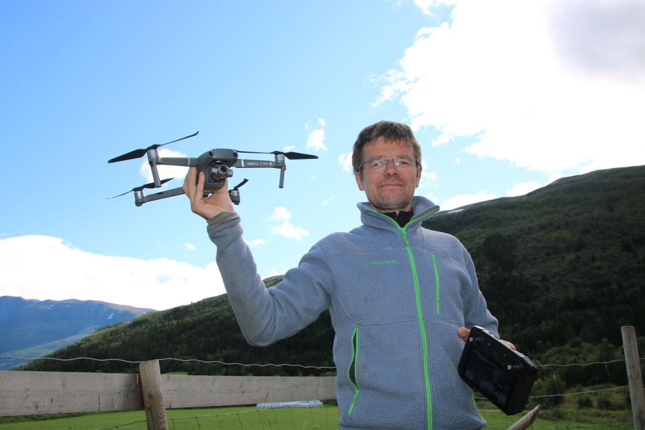 Ola S. Grøv bruker dronen aktivt i driften på gården. Foto: Knut Houge