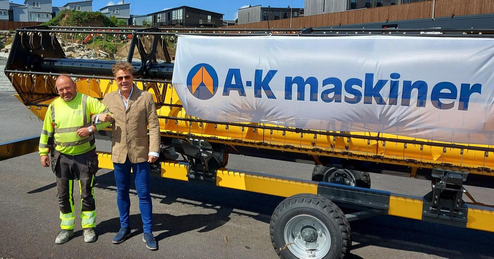 Entreprenør Pål Hatteland og Adm. direktør i A-K maskiner, Erik Grefberg besøkte tomta som det nye bygget skal settes opp på i går. (Foto: A-K maskiner)