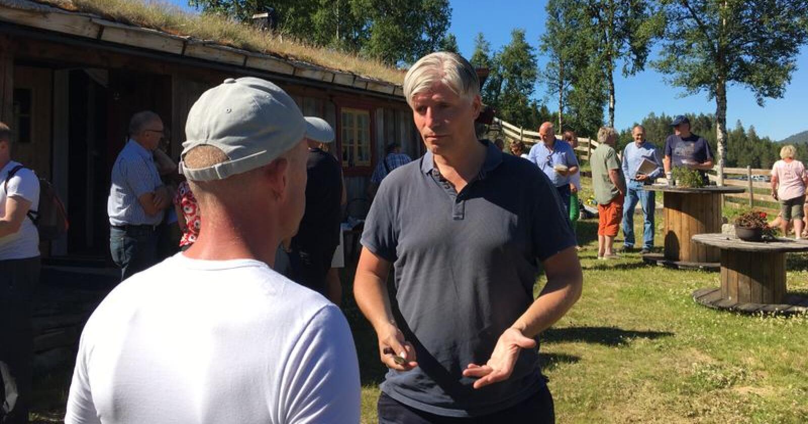 Klima- og miljøminister Ola Elvestuen ga få løfter da han søndag besøkte Nord-Østerdalen. Foto: Sivert Rossing