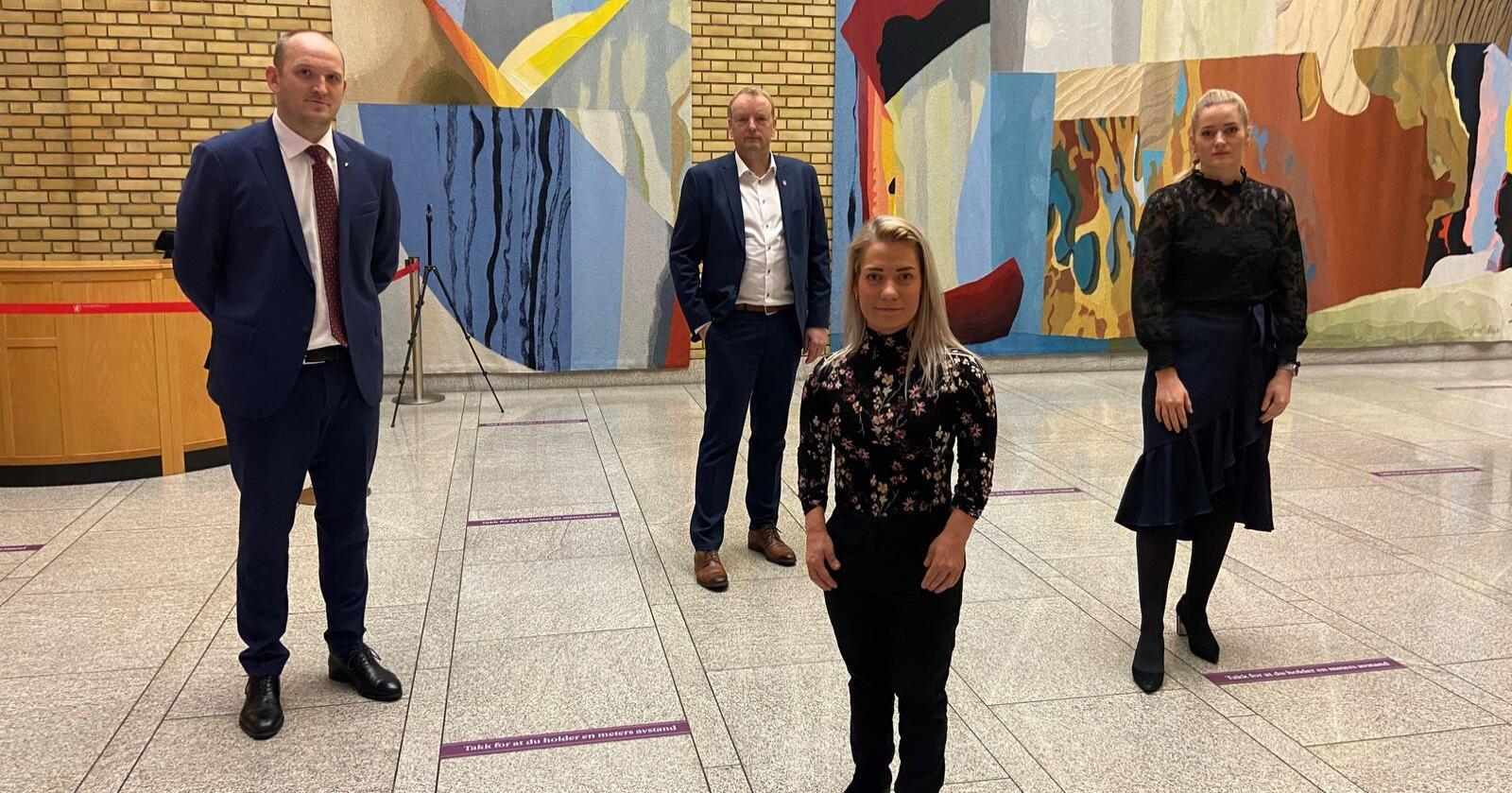 Frps Jon Georg Dale og Terje Halleland står sammen med Sps Sandra Borch og Emilie Enger Mehl om å oppheve utvidelsen av ulvesonen. Foto: Sp