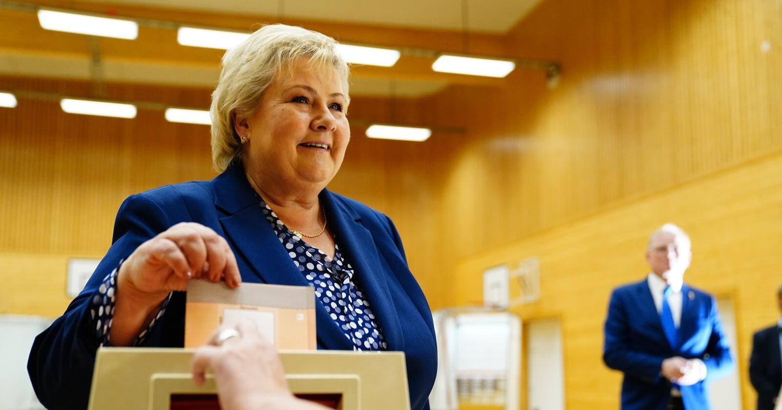 Statsminister Erna Solberg (H) avga sin stemme i stortingsvalget 2021 på Skjold skole i Bergen mandag formiddag. Foto: Håkon Mosvold Larsen / NTB