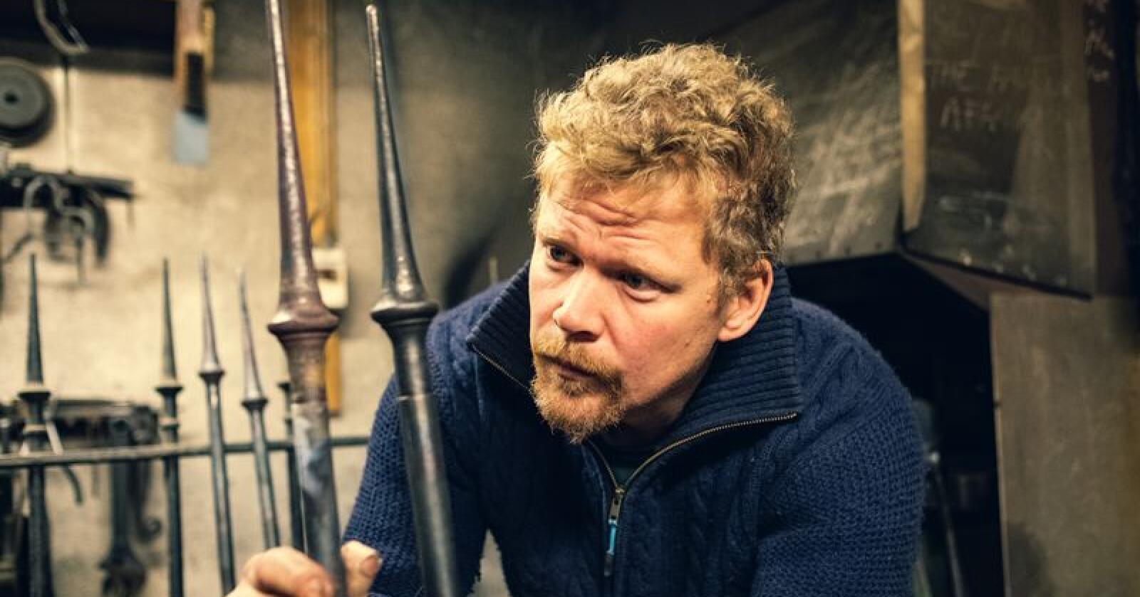 Knut Olav Dokken skal smi 30 slike spyd til portene på Frogner kino. Foto: Bård Gundersen