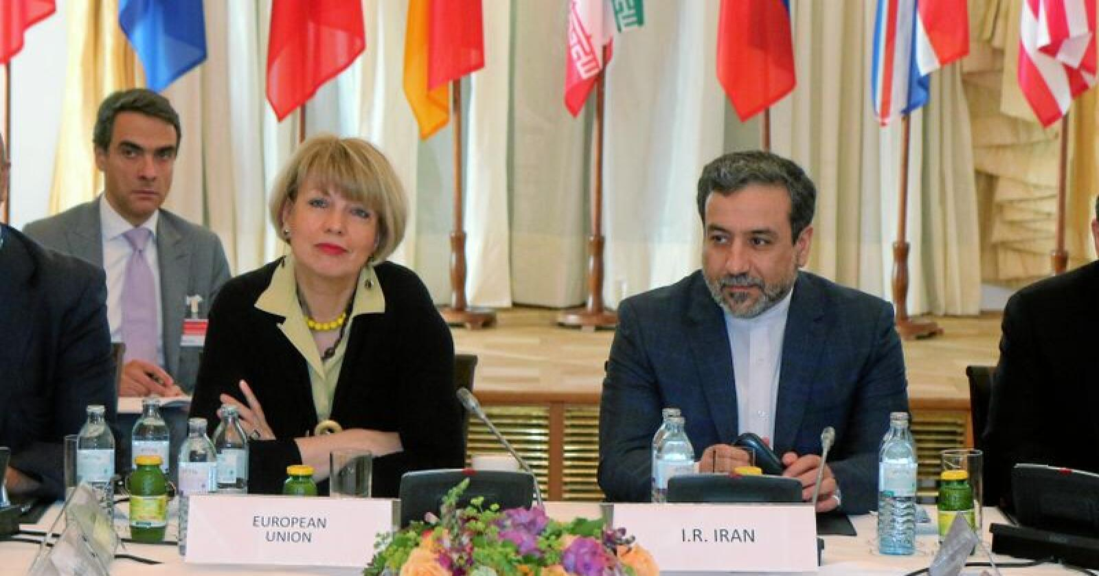 Helga Schmid har vært generalsekretær for EUs utenrikstjeneste (EEAS) siden 2016. Her er hun under et bilateralt møte med den iranske viseutenriksministeren Abbas Araghchi i Wien, Østerrike juni 2015, dengang som visegeneralsekretær for politiske spørsmål ved EEAS. Foto: Ronald Zak / AP / NTB scanpix
