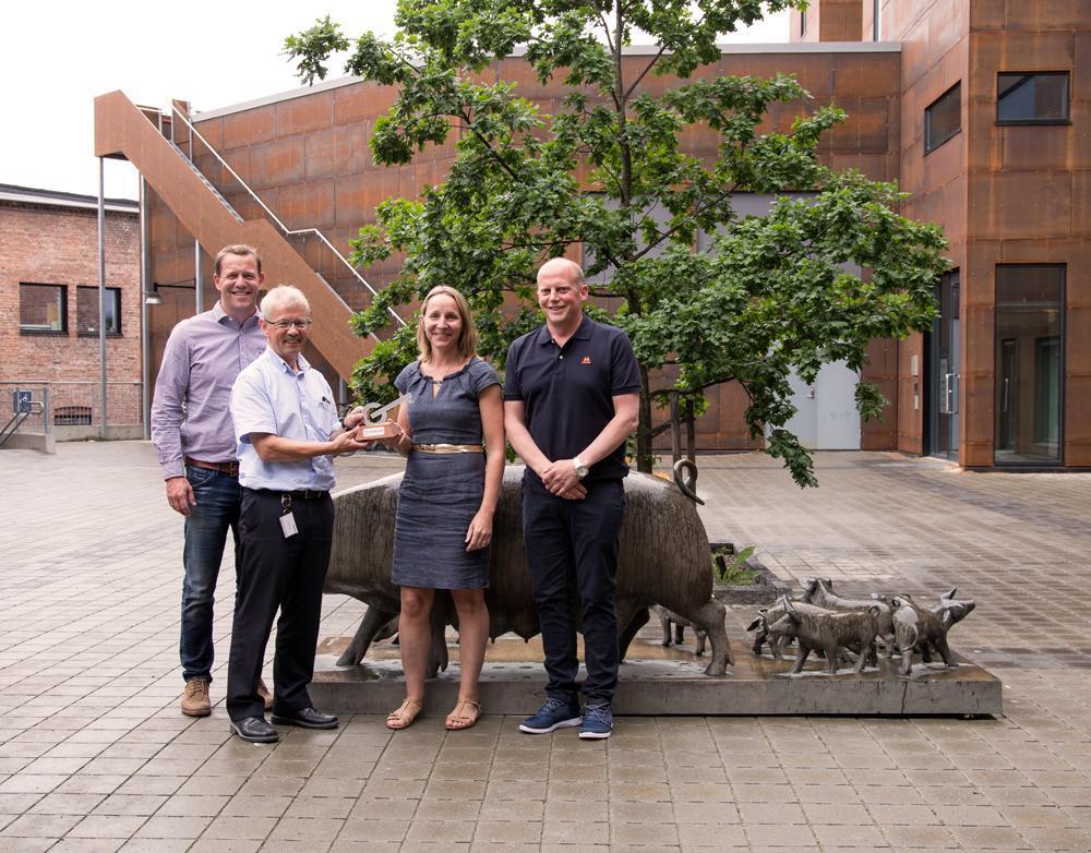 – Dette er en viktig milepæl for Norsvin, sier administrerende direktør Olav Eik-Nes. Fra venstre: Vegard Schanche, Olav Eik-Nes, Målfrid Narum og Vegard Braate. (Foto: Morten Knudsen)