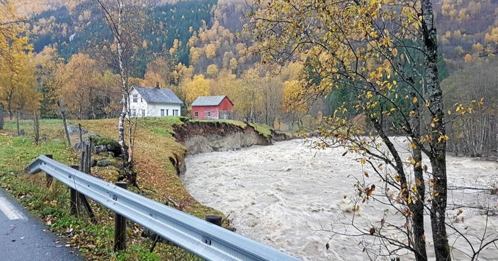 Flom: Truer hus i Mørkridsdalen. Foto: Tage Skjaak Moen / NTB scanpix