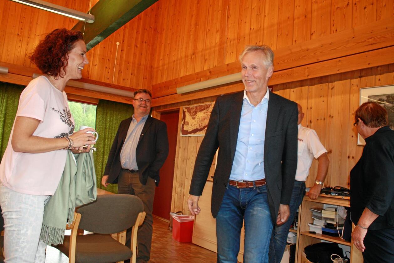Glade: Gro Anita Mykjåland (Sp) og ordfører i Åmli, Reidar Saga (Ap, bak) håper på 75 nye arbeidsplasser fra Biozin-direktør Lars Frode Askheim. Foto: Camilla Glad/ Åmliavisa