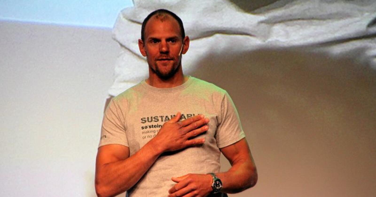 Olaf Tufte holdt innlegg under Skog og tre-konferansen iført t-skjorte fra bøkeskog. Foto: Lars Bilit Hagen