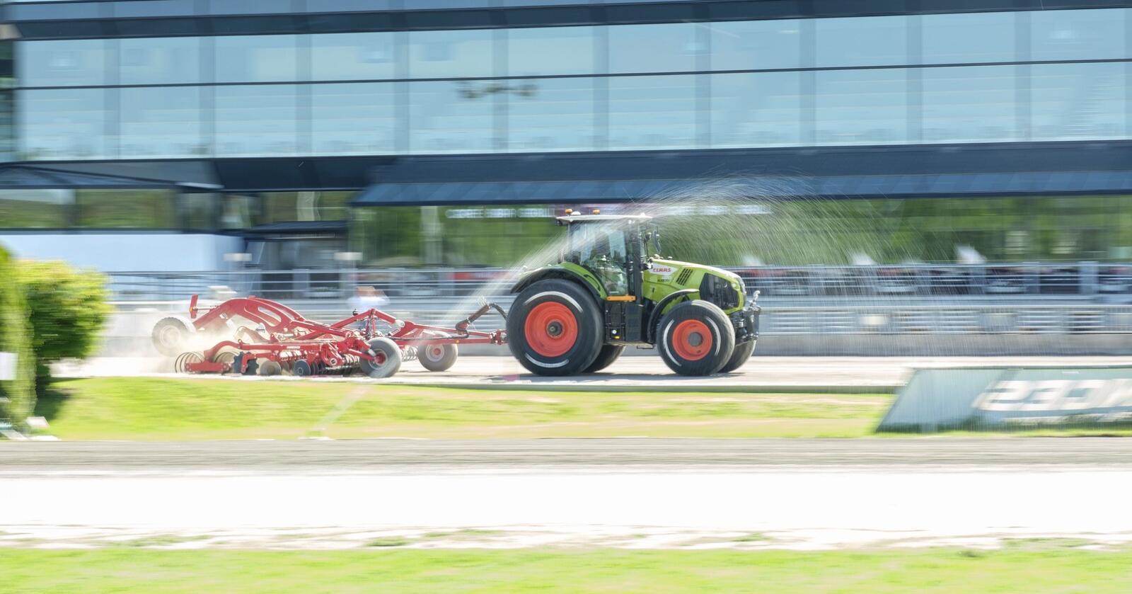 Claas: lysegrønne traktorer med røde felger skal sørge for gode konkurranse og treningsvilkår på Solvalla travbane.