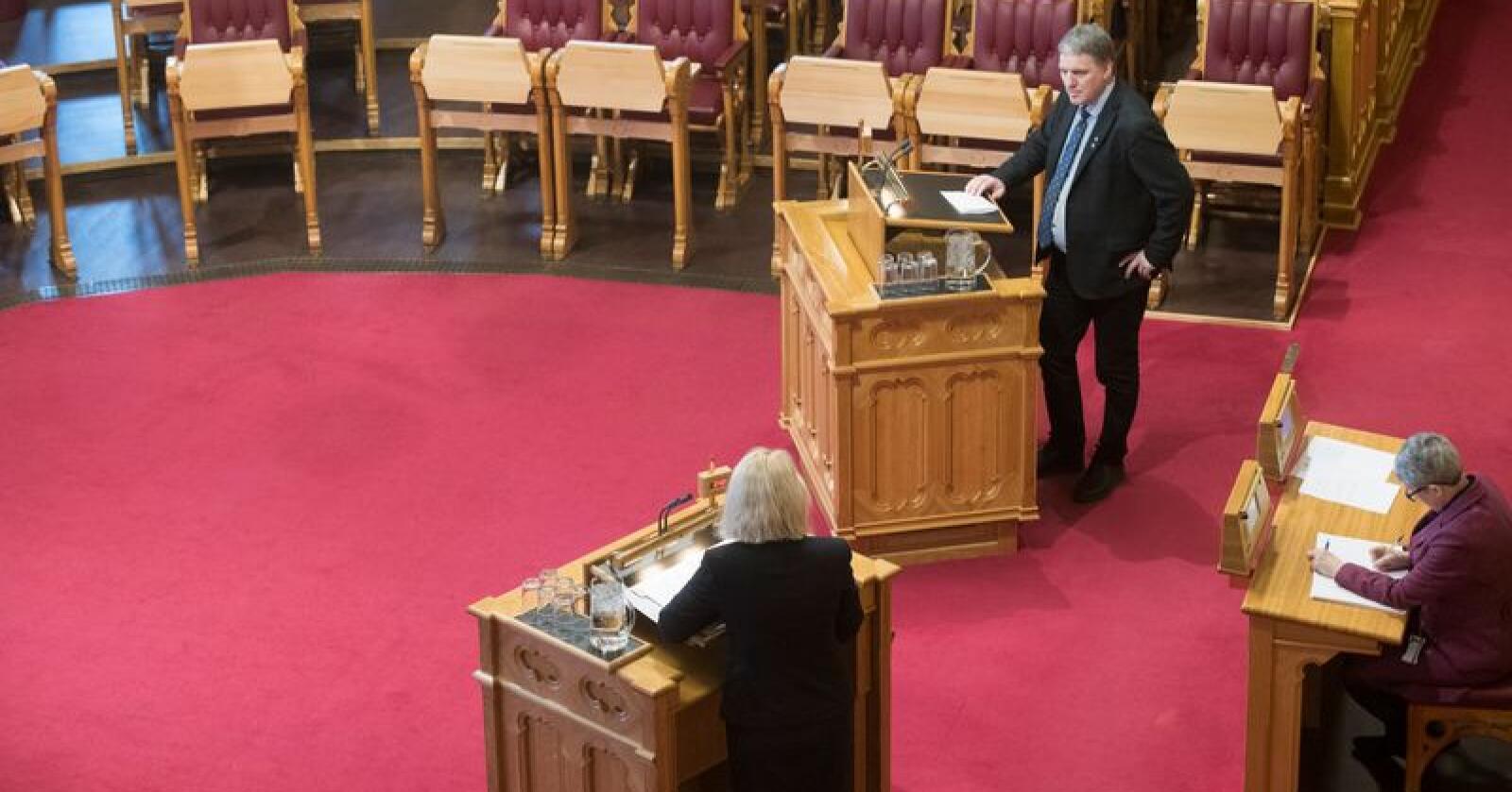 Stortingsrepresentant Geir Iversen (Sp) bruker svært sterke ord i sin beskrivelse av de borgerlige partienes politikk. Bildet er tatt ved en tidligere anledning i Stortinget. Foto: Terje Bendiksby / NTB scanpix