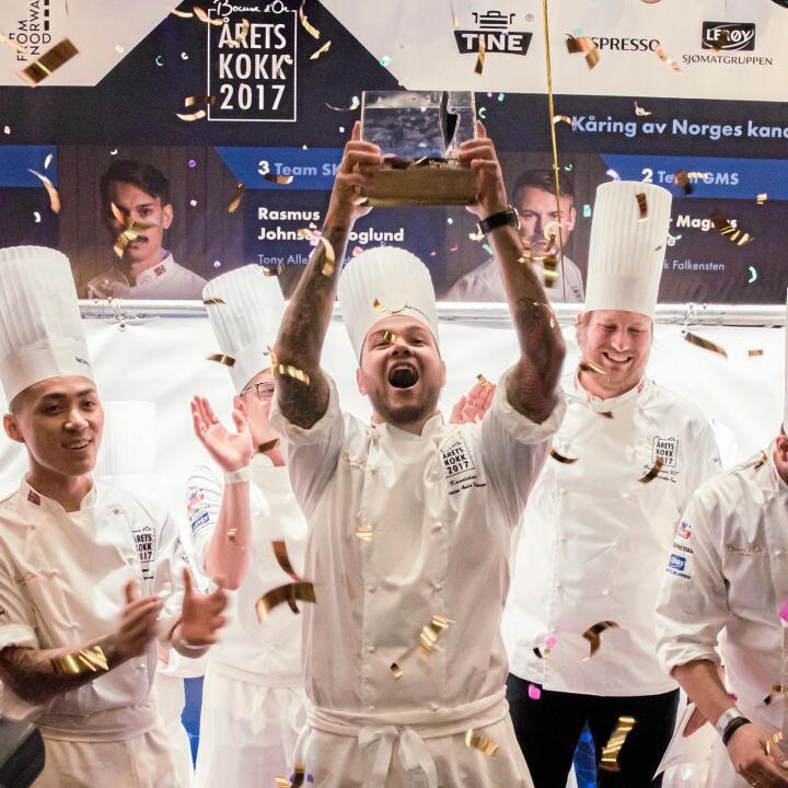 Mester på smak: Vinner av Årets kokk 2017, Christian André Pettersen. – Jeg har lekt mye med hvordan jeg kan lage sausen og kjøttstykkene så de får en smak av «hjemme», sier han. Foto: Kulturmeglerne/Brand Barstein