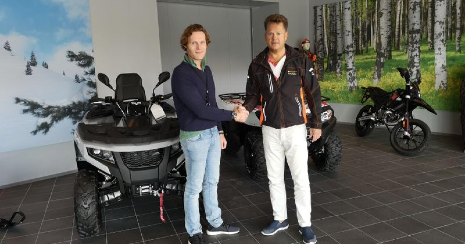 ATV-avtale: Thommas Fylling (t.v.), produktsjef hos Erling Sande AS, og Erik Grefberg, administrerende direktør i A-K Maskiner, tar hverandre i hendene over distribusjonsavtalen.