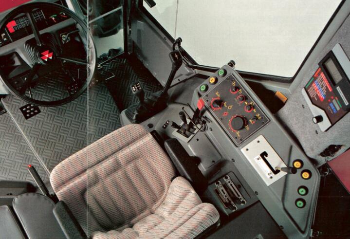 Førermiljø i særklasse: Den elektroniske betjeninga gjorde det mulig å plassere betjeningsorganene for optimal ergonomi. (Foto: Massey Ferguson)
