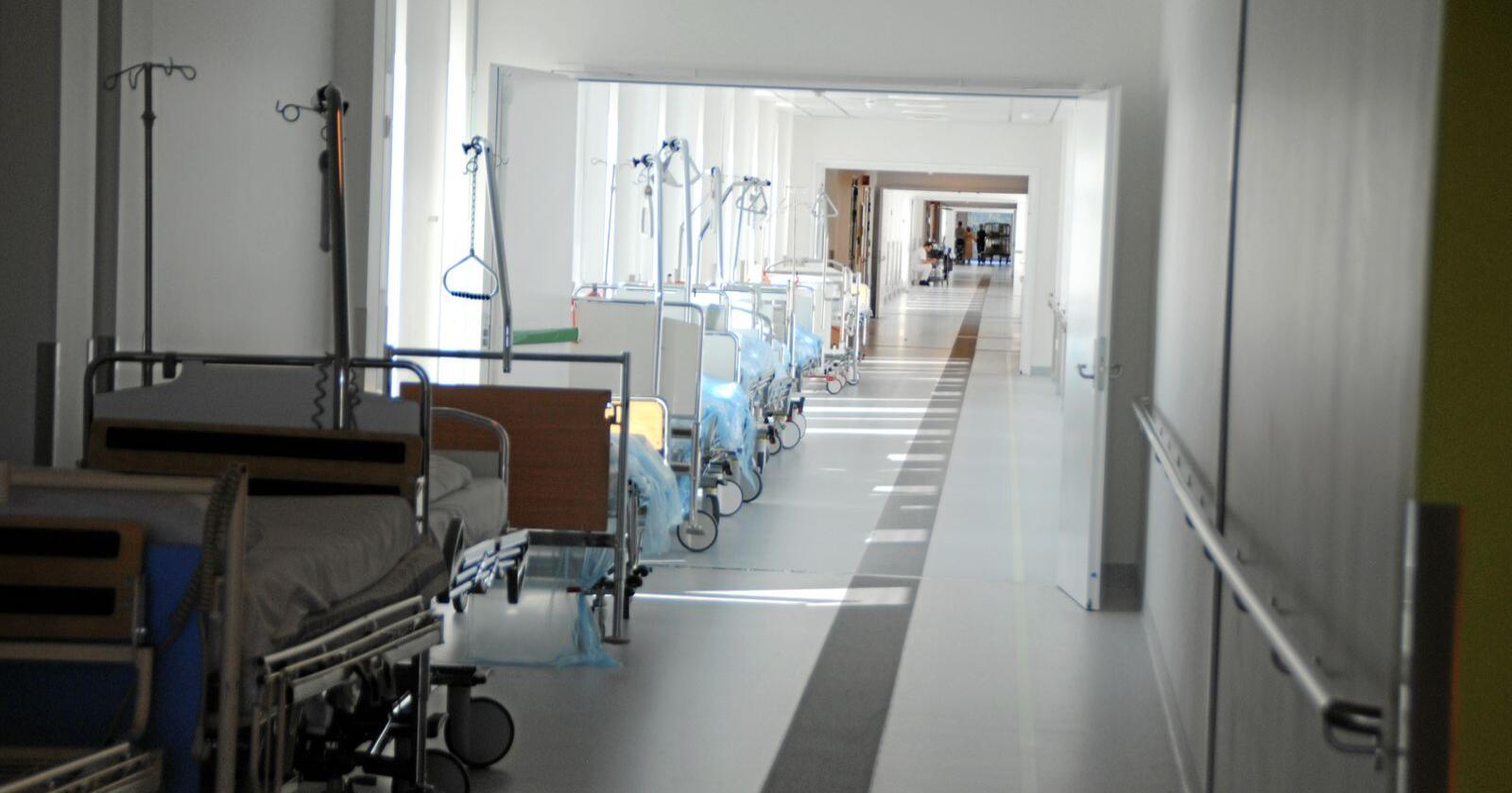 Lagring av sykehussenger i korridorene er et vanlig syn, ifølge tillitsvalgte ved Sykehuset Østfold. Foto: Lars Bilit Hagen