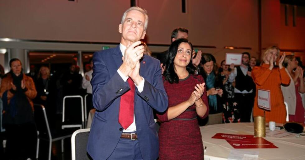 Partileder Jonas Gahr Støre  og Hadia Tajik under valgvaken til Arbeiderpartiet  i Folkets Hus i Oslo. Arbeiderpartiet får en samla oppslutning på 24,8 prosent for hele landet. I flere kommuner har de også gått kraftig tilbake. Foto: Fredrik Hagen / NTB scanpix