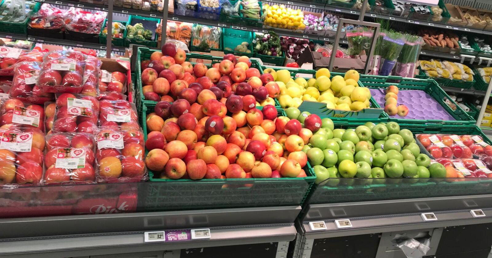 - Vi vil gjøre alt vi kan for at det skal bli et bedre salg enn noen gang for norsk frukt, bær, potet og grønnsaker i våre butikker, sier NorgesGruppens konsernsjef. Her sees norske og utenlandske epler i butikk. Foto: Christian Bøhmer
