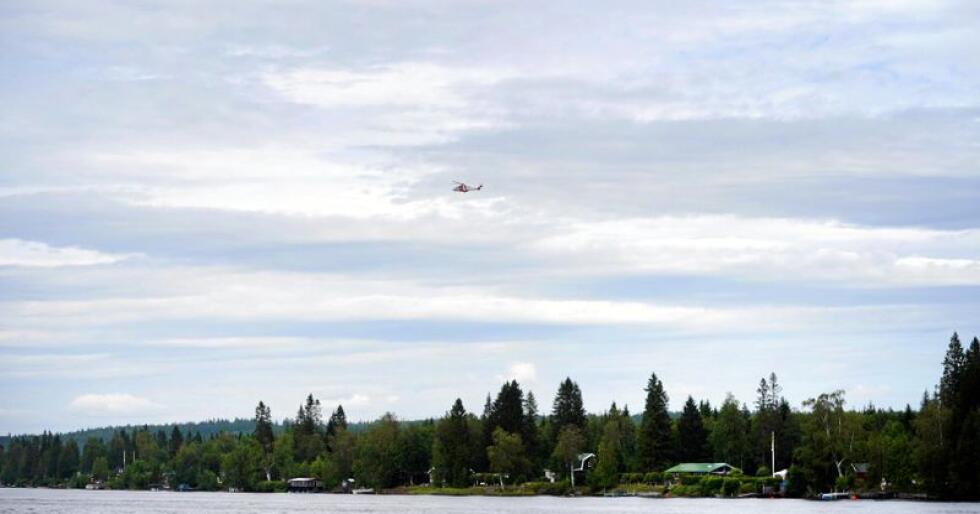 Et redningshelikopter over stedet der et fly med ni fallskjermhoppere gikk ned i Umeå søndag ettermiddag. Alle om bord i flyet er bekreftet omkommet. Foto: Samuel Pettersson / TT / NTB scanpix