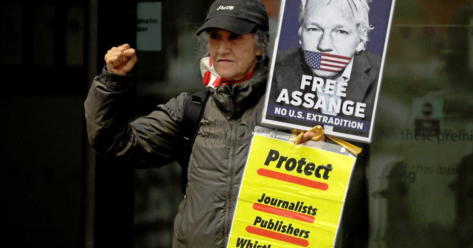 Julian Assange-tilhengere demonstrerte denne uka i London, hvor det ble holdt et rettsmøte i forbindelse med utleveringssaken mot  Assange. Foto: AP / Kirsty Wigglesworth / NTB scanpix