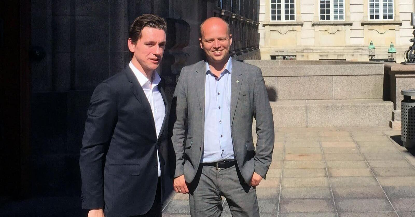 Innenriksministeren i Danmark, Kaare Dybvad Bek, sammen med Sp-leder Trygve Slagsvold Vedum foran Folketinget i København i 2015. Foto: Ole Gustav Narud.