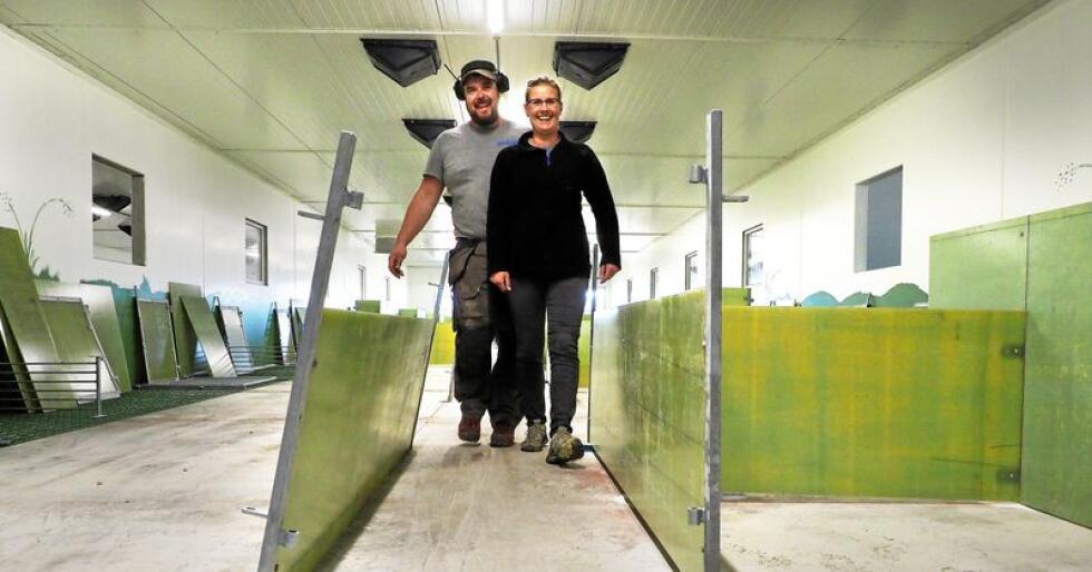 Ekteparet Jon Eng og Gunn Amundsen Eng satser stort på nytt grisehus til 14 millioner kroner. De første grisene vil bli født i disse båsene i desember. Foto: Siri Juell Rasmussen