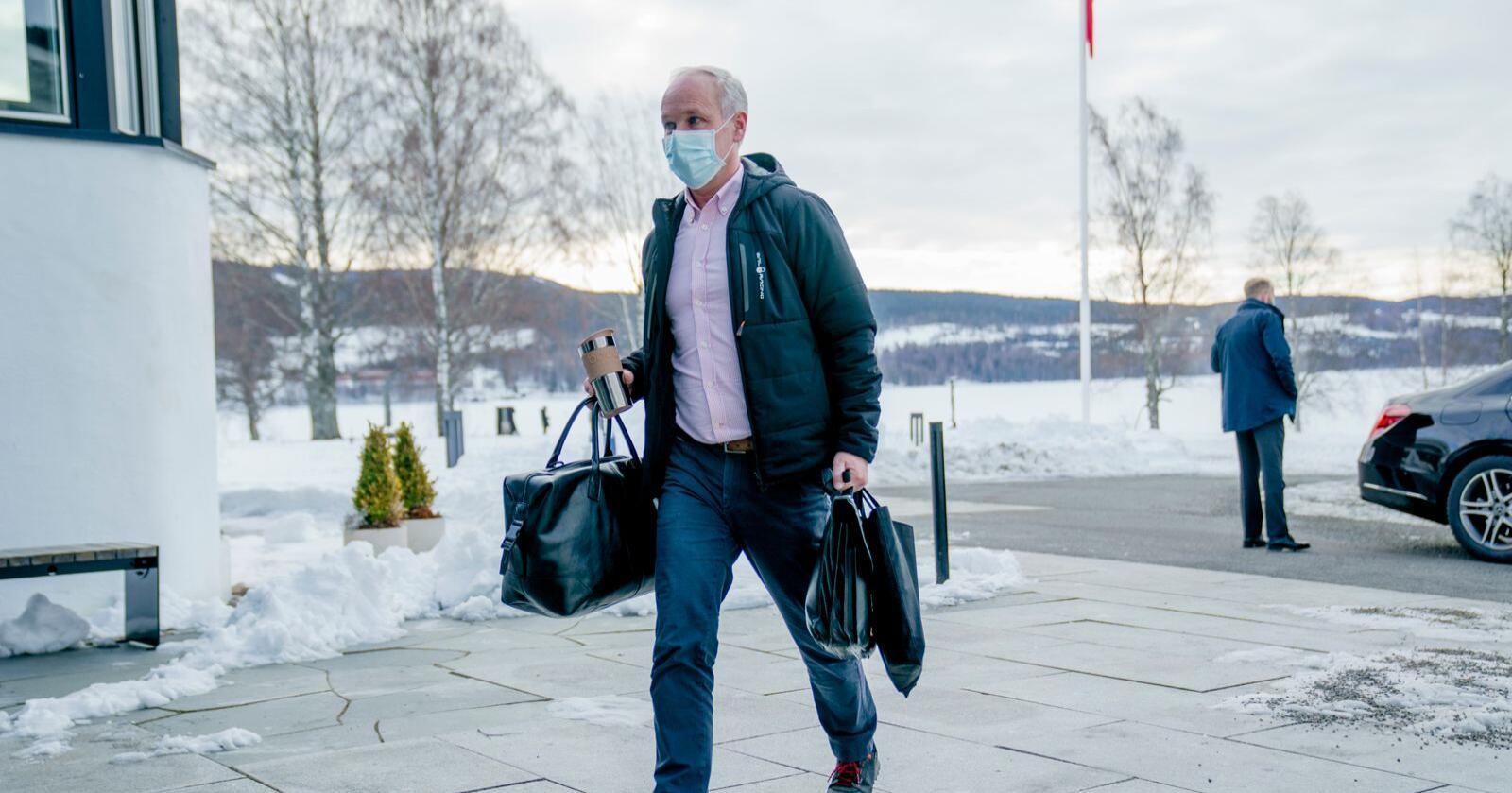Finansminister Jan Tore Sanner (H) ankommer til regjeringens budsjettkonferanse på Hurdalssjøen hotell. Foto: Stian Lysberg Solum / POOL / NTB