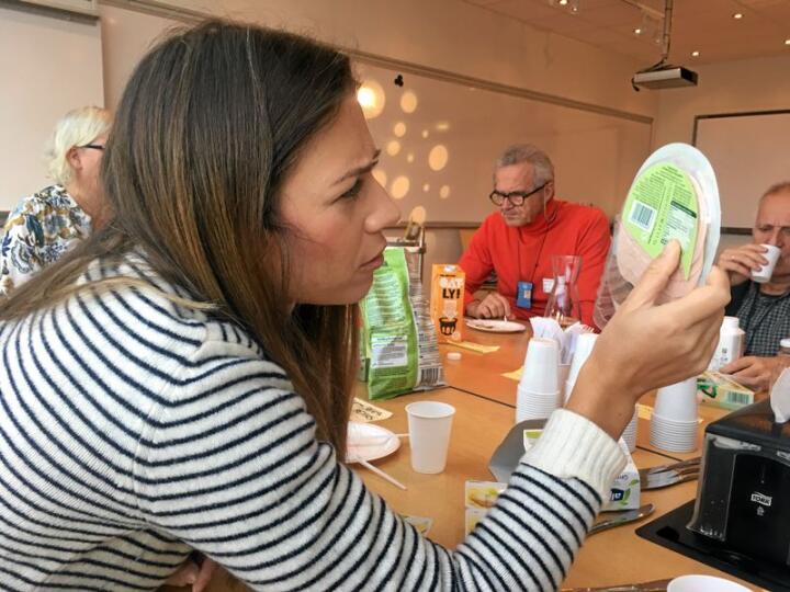Forskere har analysert markedet for vegetarprodukter. Her studerer post doc Cátia Saldanha do Carmo ingredienslista og næringsinnhold i et lite utvalg av vegetarprodukter fra Norge og våre naboland. Foto: Nofima