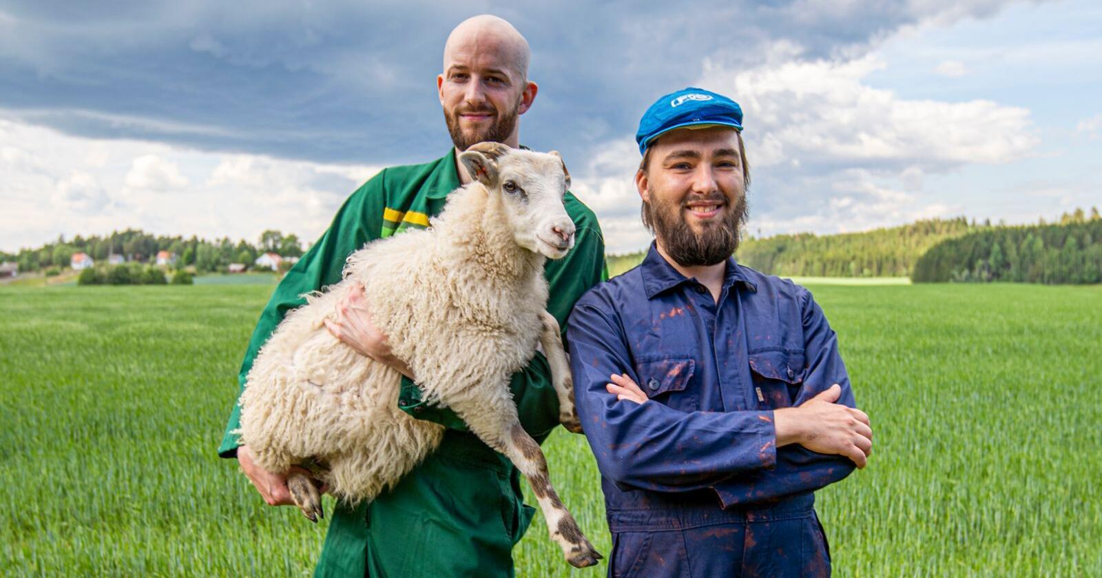 André Jensen (t.v.) og Olav Tokerud i gruppa Hagle er begge oppvokst på bygda og viser sin støtte til det pågående bondeopprøret. Foto: André Løyning