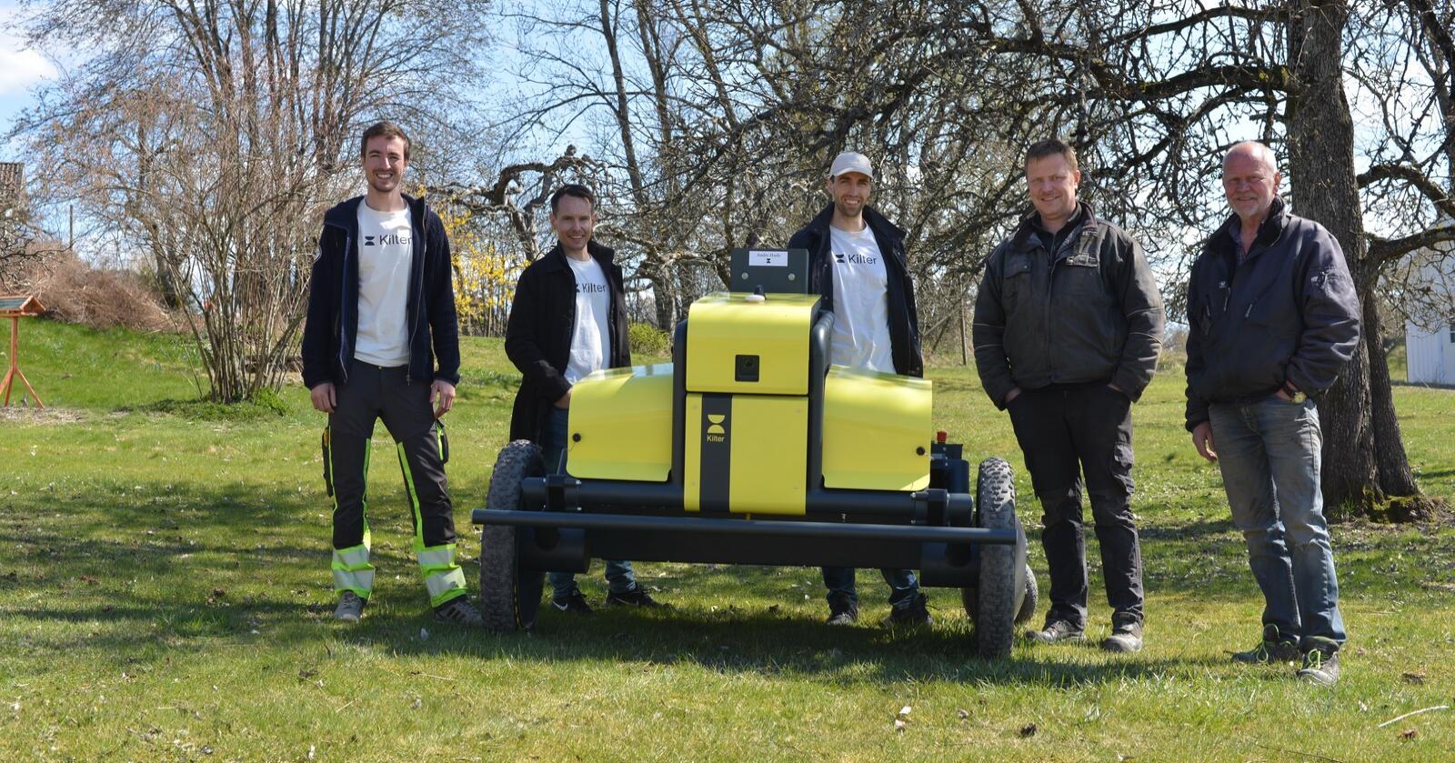NY: Verdens første ugrasrobot, Kilter AX1, er levert. Fra venstre: Mats Langfeldt, Anders Brevik, Vegard Line (alle fra Kilter) og kjøperne André og Roy Hasle. Foto: Leica Geosystems