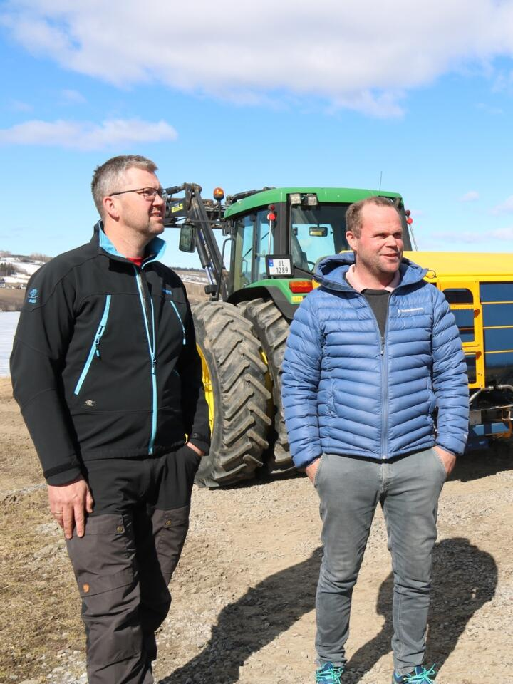 SAMARBEID: Ole Edvard Løken (f.v.), Stian Brobakken og Anders Kleiven samarbeider om gjødsling og sprøyting, og har her besøk av NLR-rådgiver Petter Fredriksen Bjørge (t.h.).