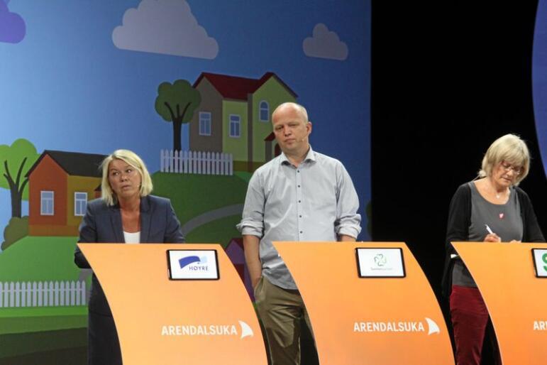 Kommunalminister Monica Mæland (H), Sp-leder Trygve Slagsvold Vedum, SV-politiker Karin Andersen og flere andre møttes til distriktsdebatt under Arendalsuka onsdag. Foto: Sivert Rossing