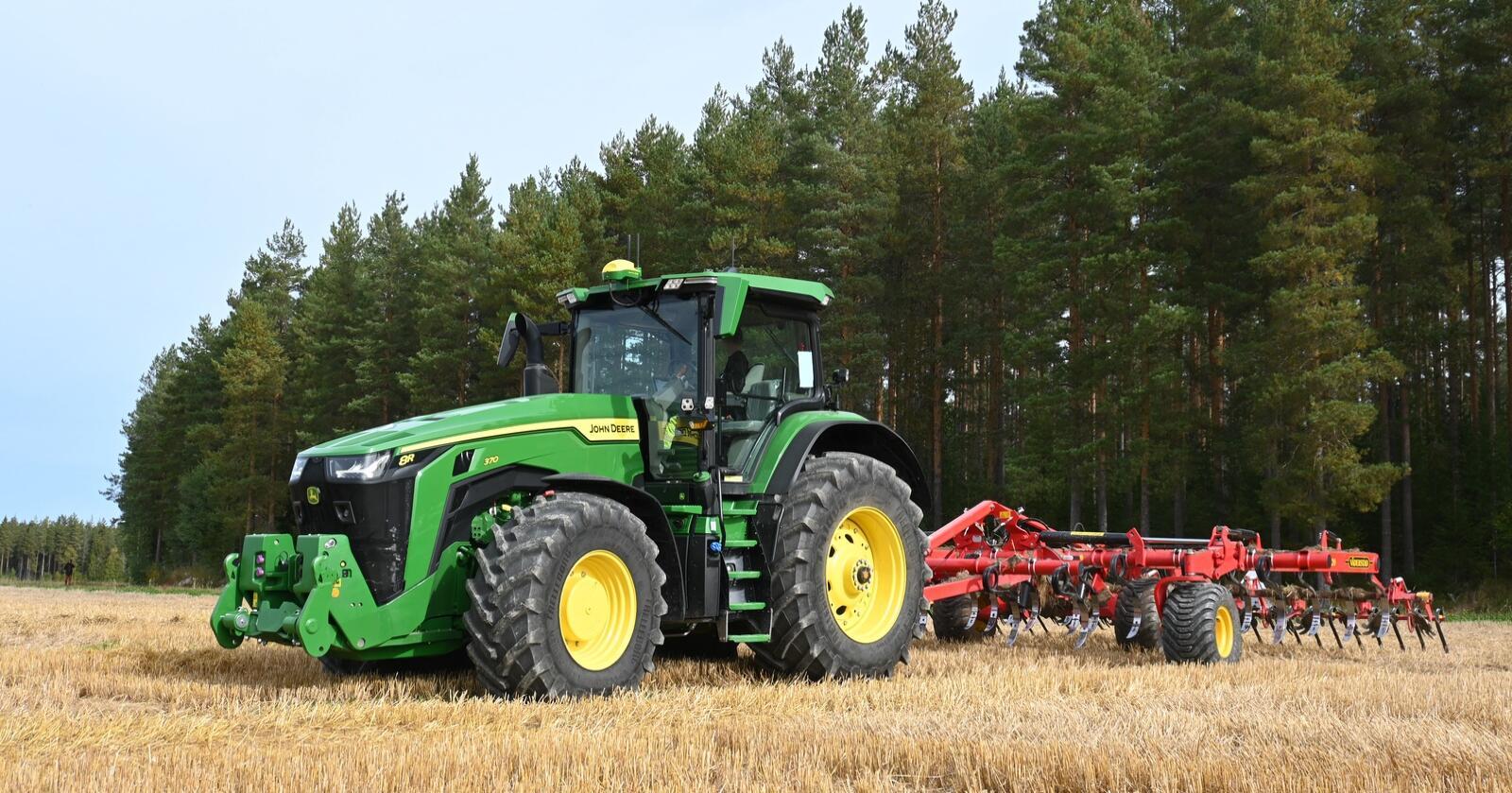 Regulering: alle traktorer med dekk i 8R-serien, blir nå tilgjengelig med dekktrykkregulering fra fabrikk. Bildet er fra Traktor sin prøvekjøring av 8R høsten 2020.
