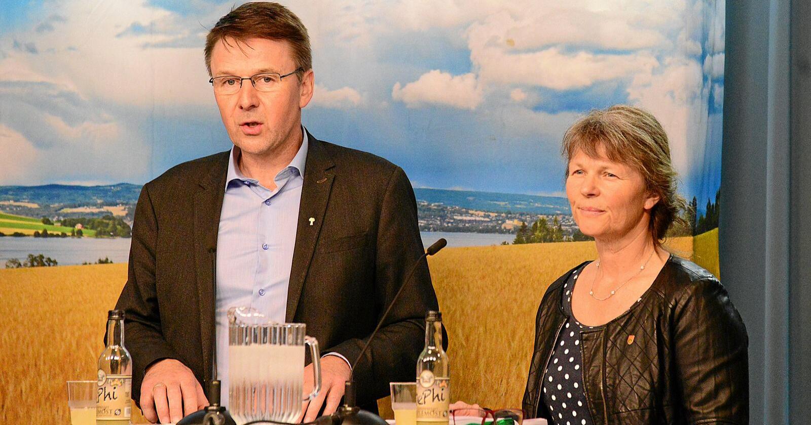 Krav: Lars Petter Bartnes (Noregs Bondelag) og Kjersti Hoff (Norsk Bonde- og Småbrukarlag) legg fram bøndene sitt krav i jordbruksforhandlingane. Foto: Siri Juell Rasmussen