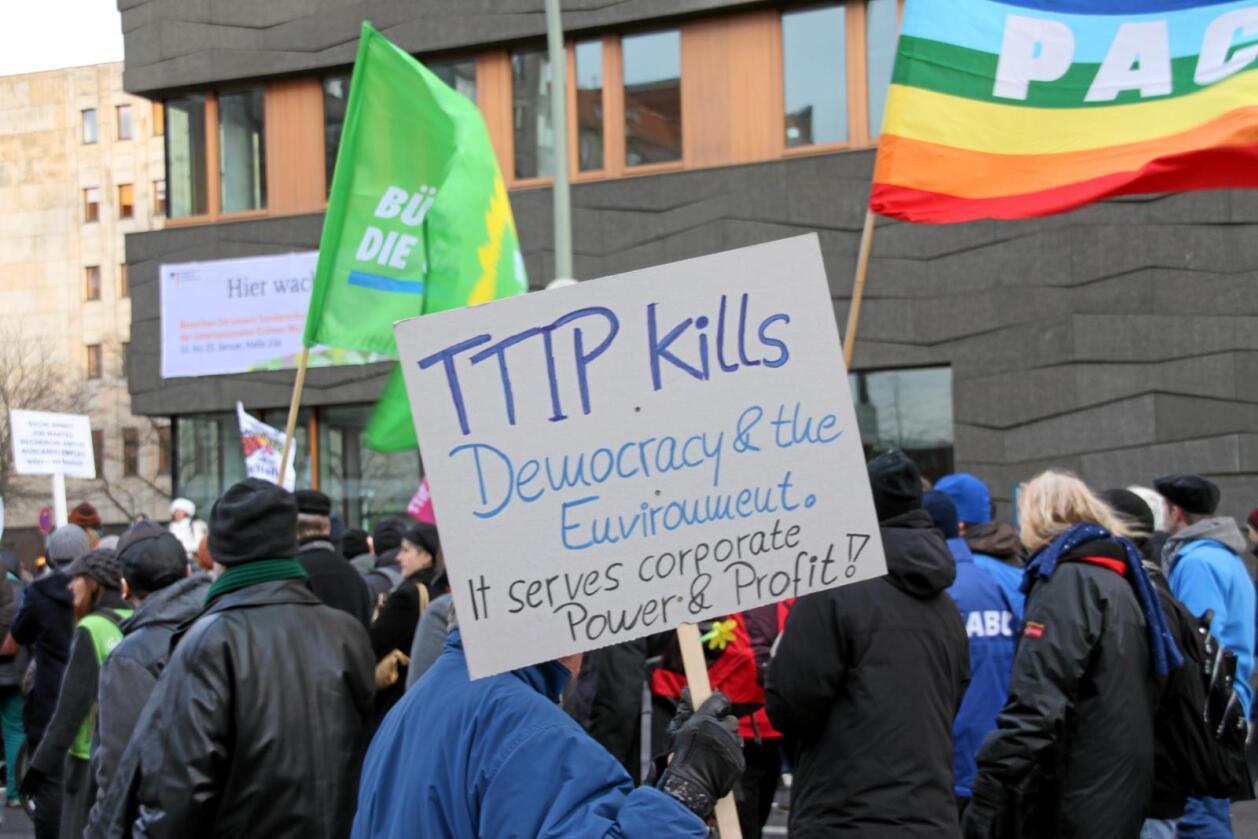 TTIP-avtalen har møtt mye folkelig motstand, som her under en demonstrasjon i Berlin i 2015. Foto: Hilde Lysengen Havro
