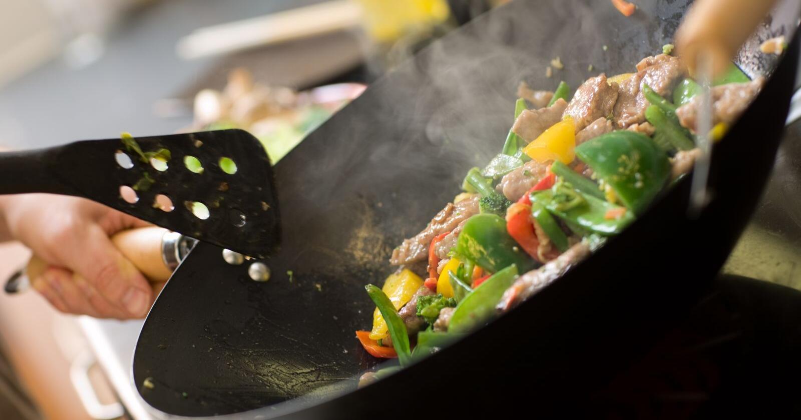 Hvis gjennomsnittsnordmannen halverer kjøttforbruket så kan det gjøres ved å beholde søndagsmiddagen med steik av storfe, ha en middag med svinekjøtt og en middag med kylling per uke, skriver forfatterne av kronikken. Foto: Mostphotos