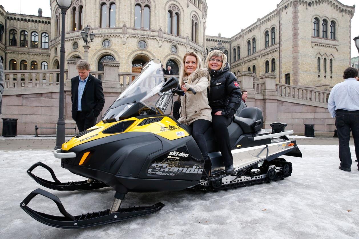 Sp-politiker Sandra Borch (t.v.) foran Stortinget med snøscooter i 2013. Her sammen med partikollega Irene Lange Nordahl. Nå får hun endelig gjennomslag. Foto: Heiko Junge / NTB scanpix
